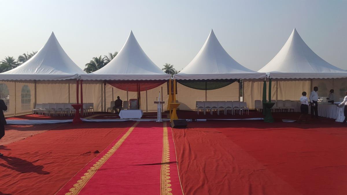 Częściowo otwarte łączone namioty w stylu pagoda na ważną uroczystość lub przemówienie