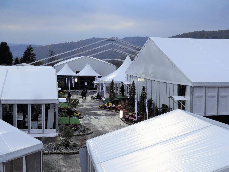 Szeroki wybór namiotów i hal namiotowych- zdjęcie z góry