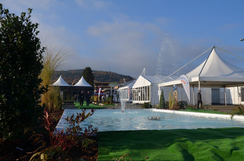 Szeroki wybór namiotów i hal namiotowych- widok na fontannę dekoracyjną