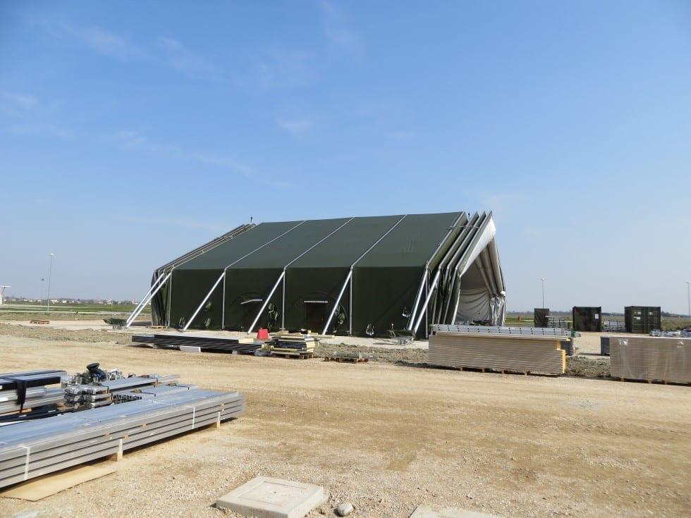 Duży namiot wojskowy otwarty z dwóch stron