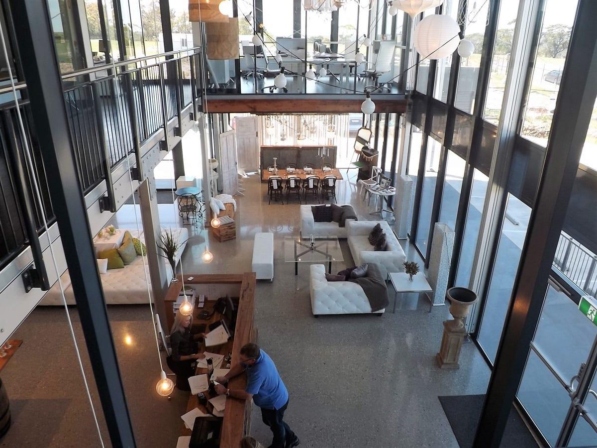 Dwupoziomowa konstrukcja tymczasowa szklana- zdjęcie wnętrza