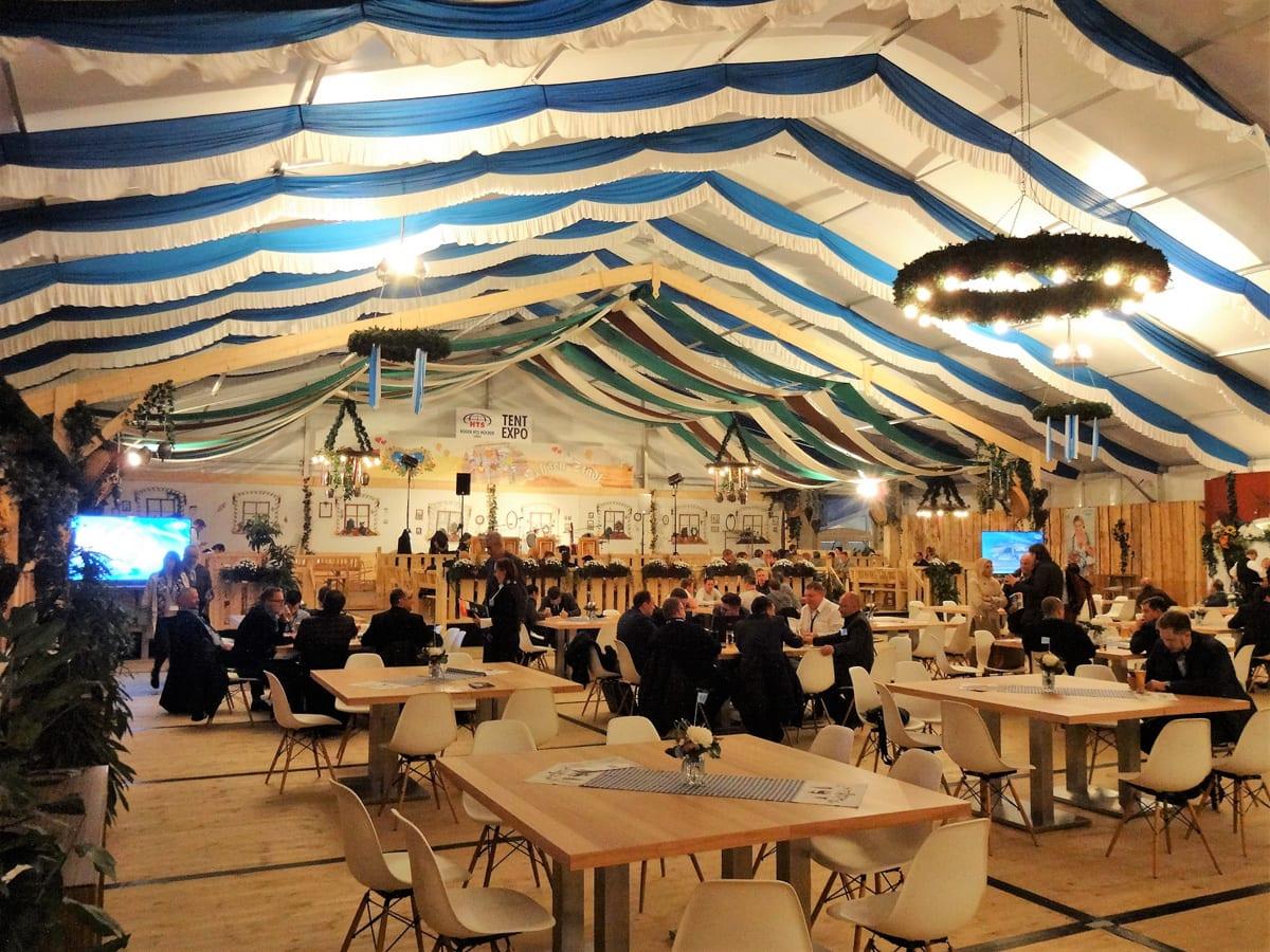 Przestronny namiot ze strefą restauracyjną- zdjęcie wnętrza