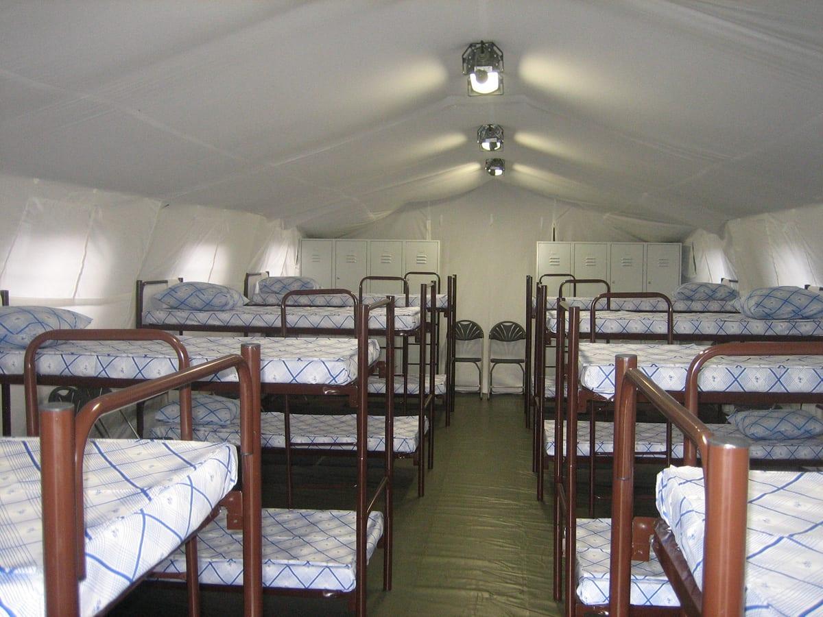 Namiot z łóżkami piętrowymi- zdjęcia wnętrza