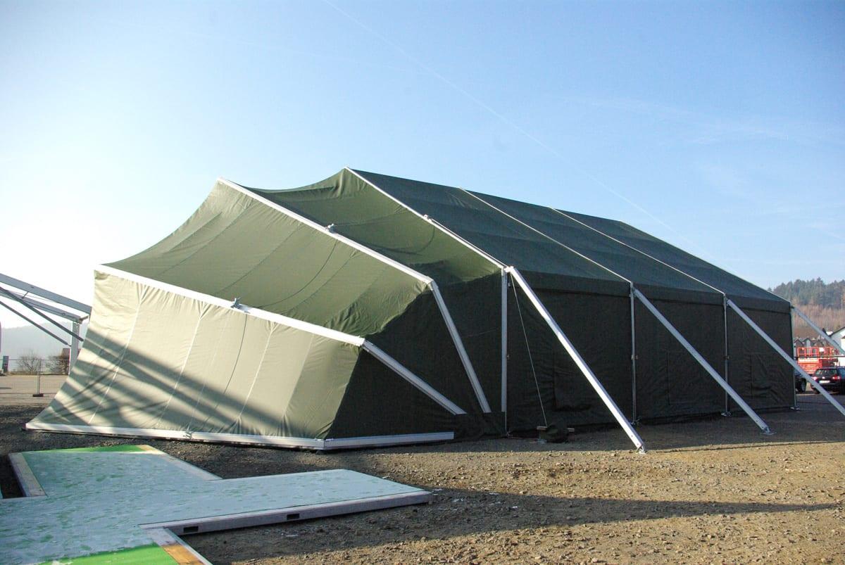 Duży namiot wojskowy