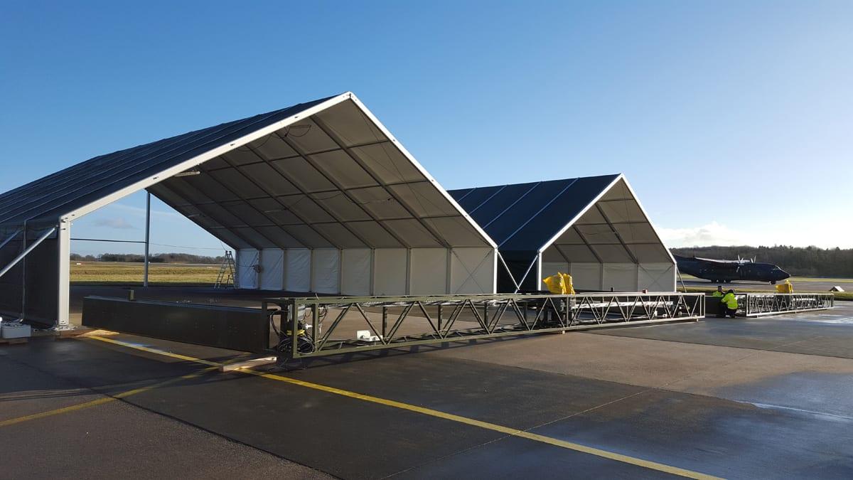Otwarta hala namiotowa przy lotnisku militarnym