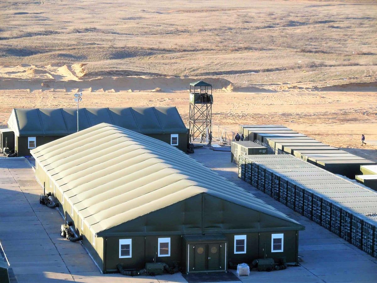 Duże hale namiotowe jako baza wojskowa