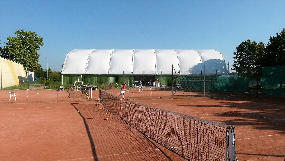 Hala namiotowa przy boisku do tenisa ziemnego