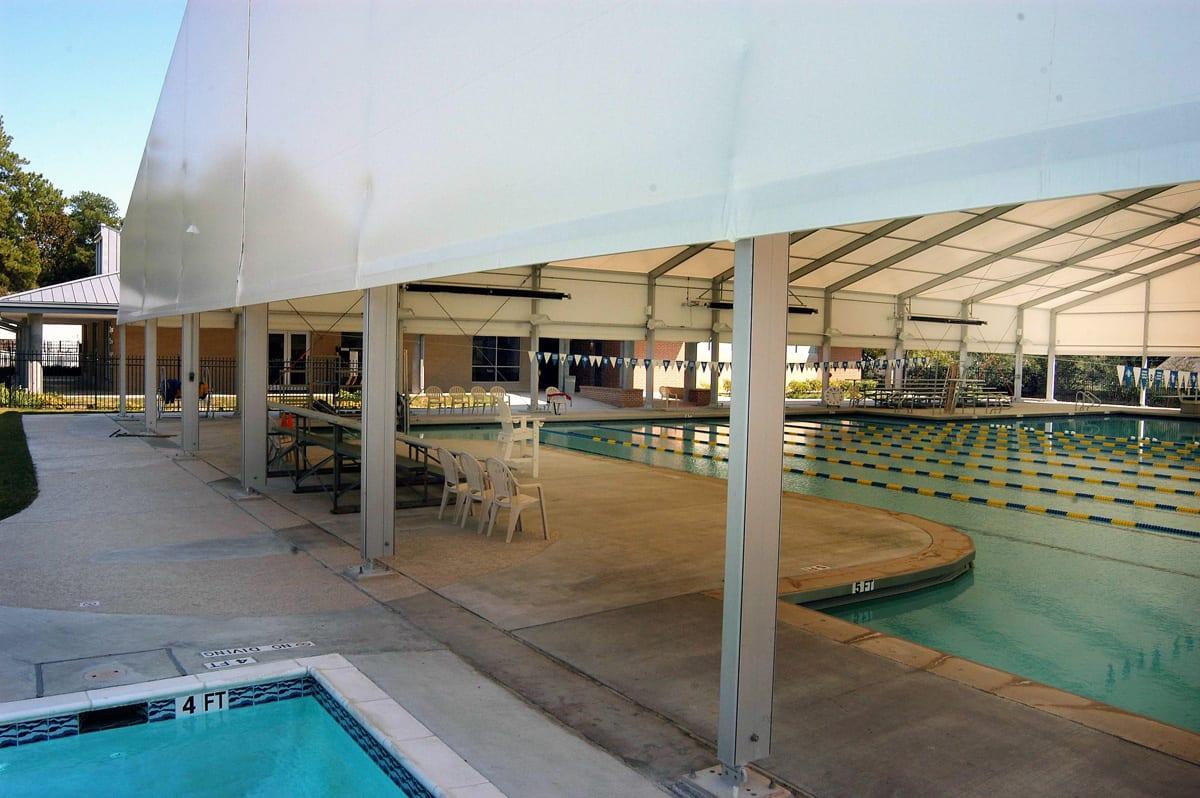 Częściowo otwarta hala namiotowa zaadoptowana na basen sportowy