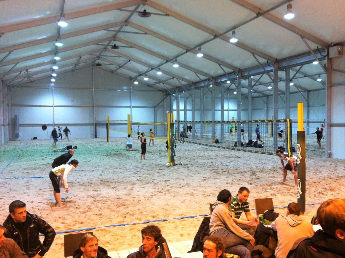 Hala namiotowa zaadaptowana na boisko do siatkówki plażowej