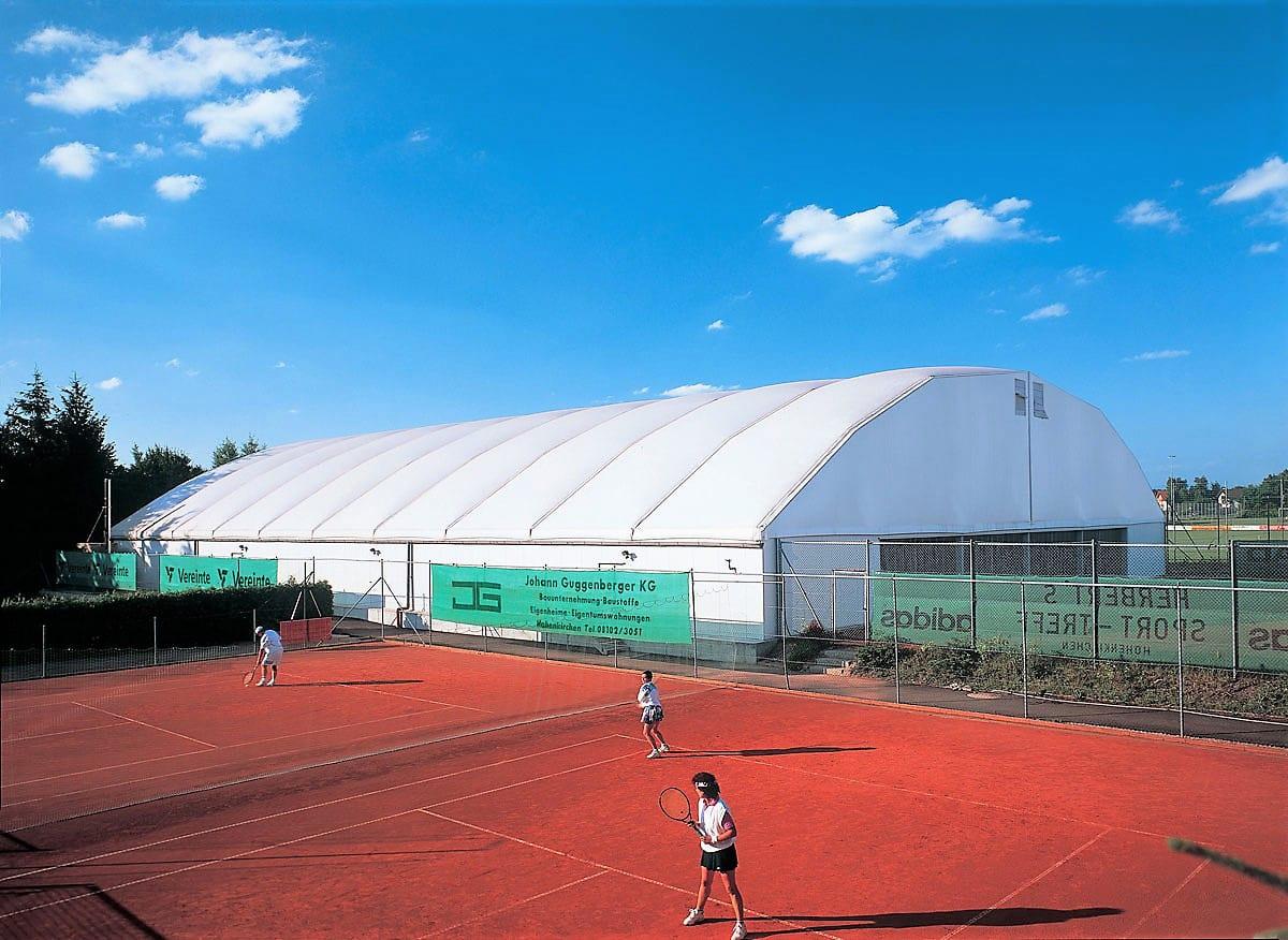 Hala namiotowa przy korcie do tenisa ziemnego