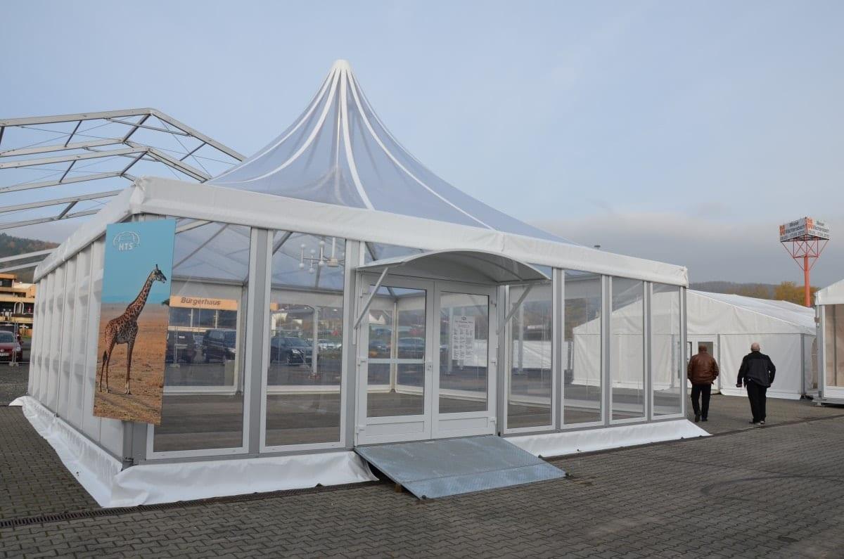 Hala namiotowa typu pagoda ze szklanymi panelami
