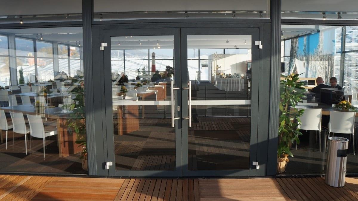 Restauracyjna hala namiotowa ze szklanymi panelami- główne wejście