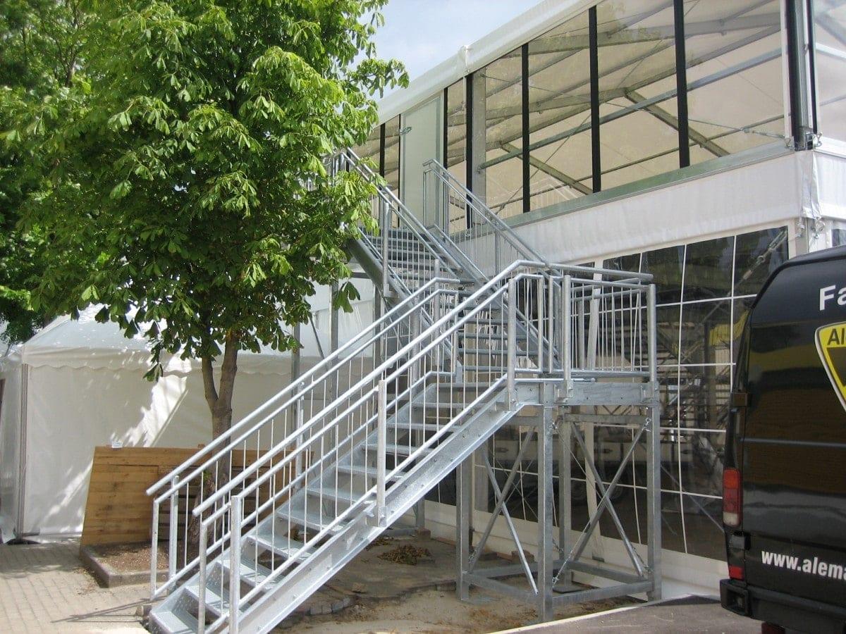 Hala namiotowa z zewnętrzną klatką schodową