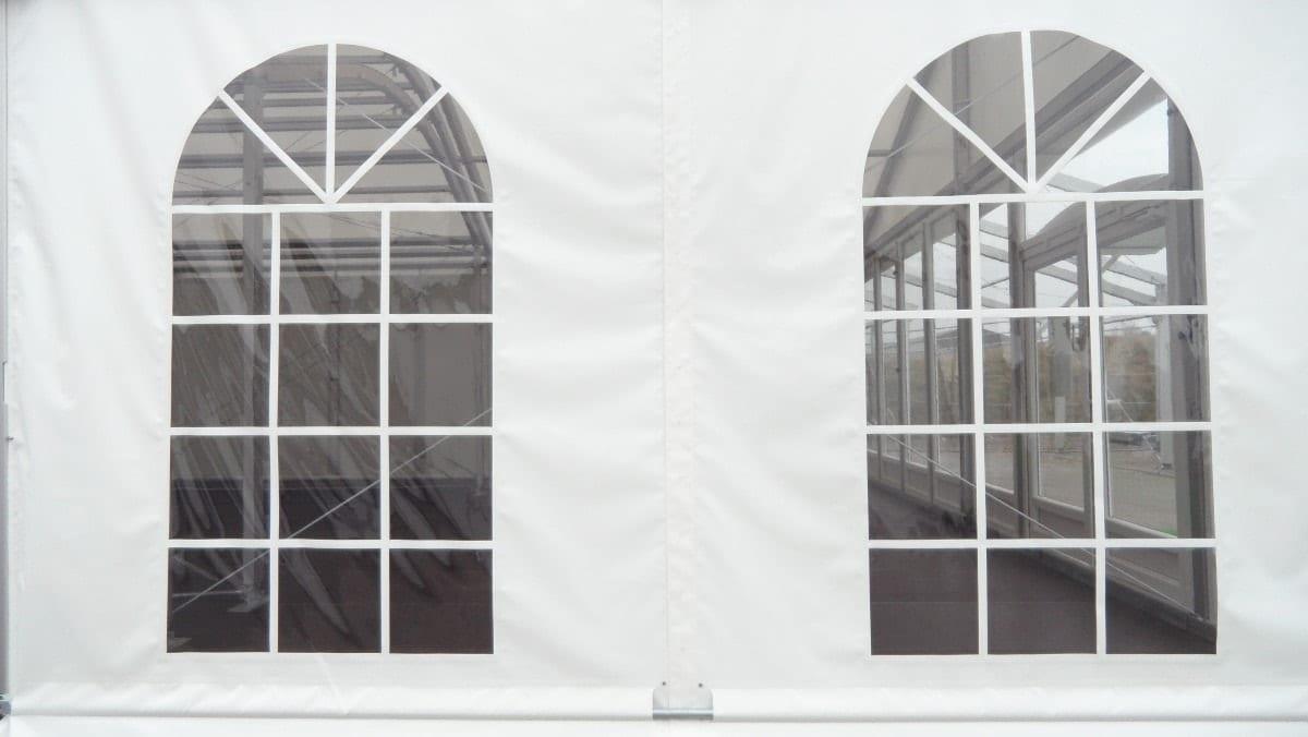 Hala namiotowa z ozdobnymi oknami