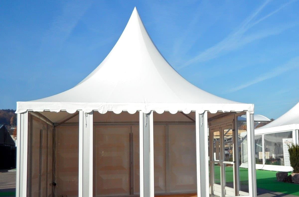 Mały namiot typu pagoda ze szklanymi panelami