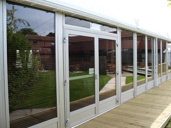 Konstrukcja tymczasowa ze szklaną ścianą i przesuwanymi drzwiami
