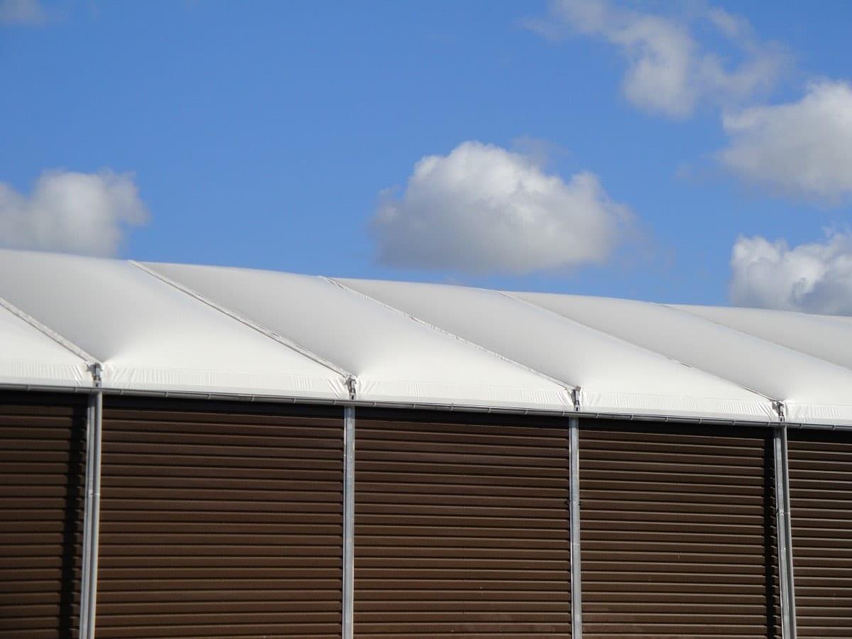 Konstrukcja tymczasowa z termo nadmuchiwanym dachem i drewnianymi ścianami