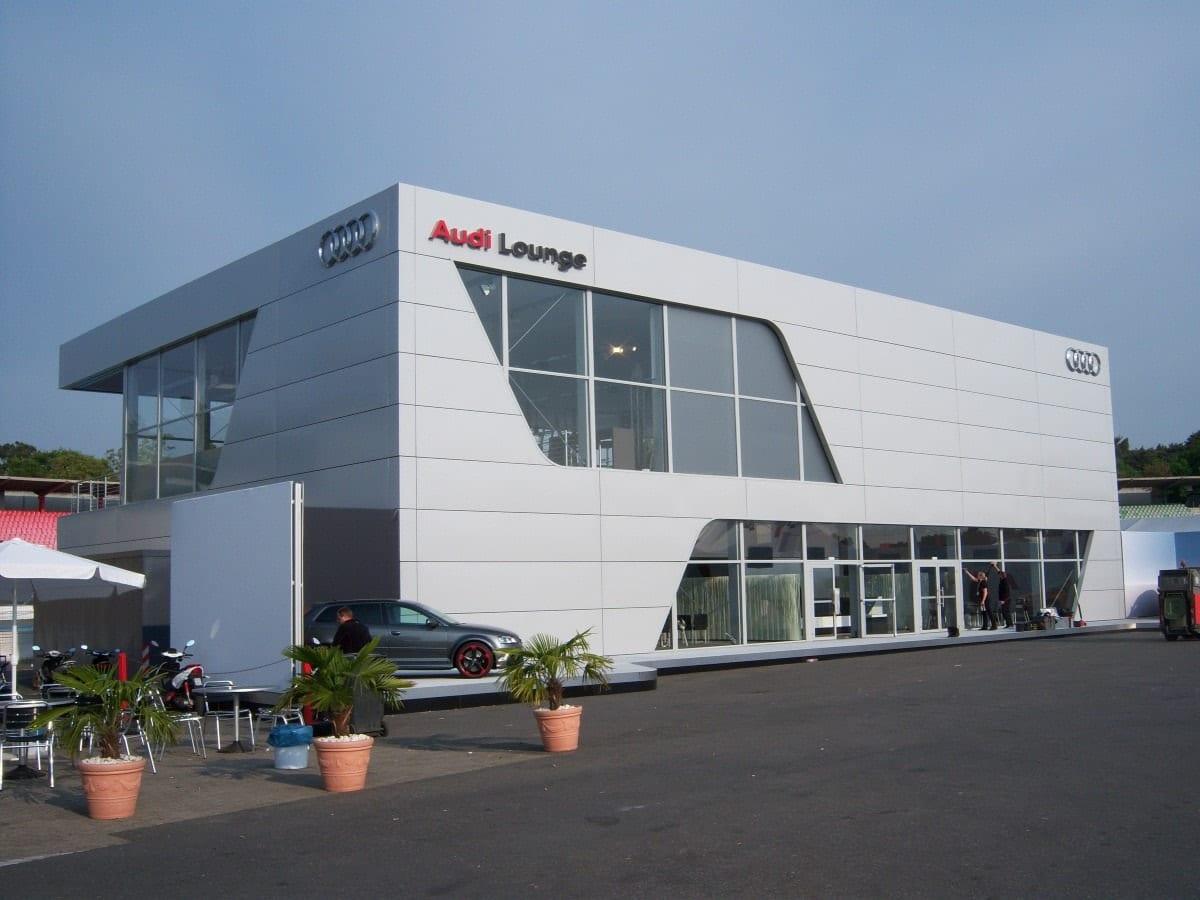 Szklana konstrukcja tymczasowa dla koncernu Audi- zdjęcie od tyłu