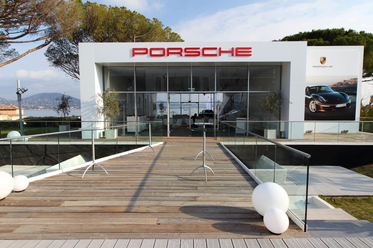 Niewielka hala tymczasowa z dwoma szklanymi ścianami dla koncernu Porsche- zdjęcie od frontu